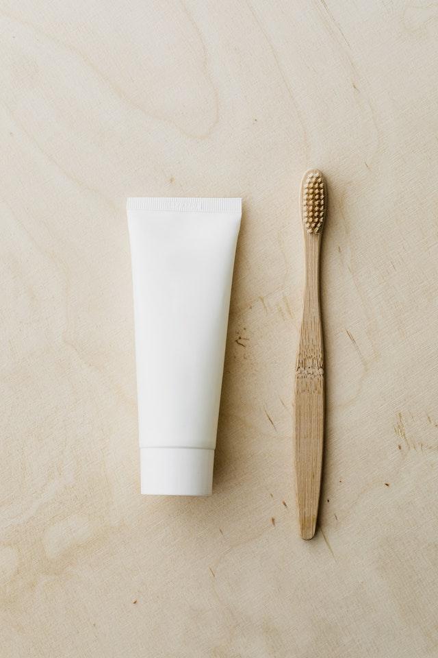 wybielająca pasta do zębów - szczoteczka